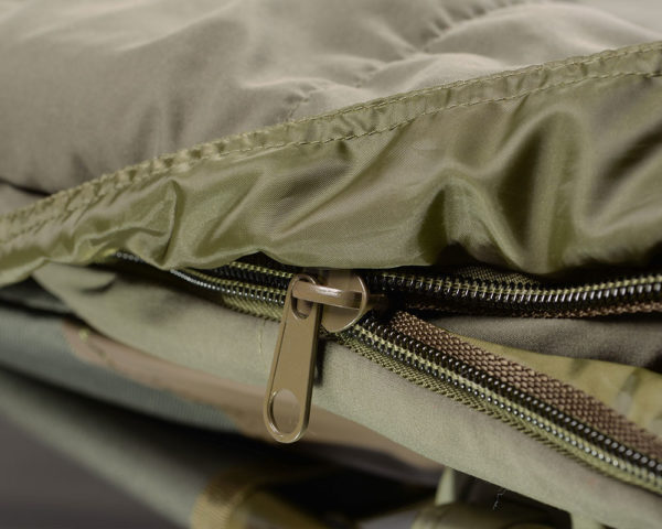 Rybarsky-SPACAK-STRATEGY-OUTBACK-CHARGER-230cmX90cm-detail-na-zips-2